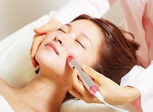 初心者も安心。まったく刺さない美容鍼術法「アキュライザー®」